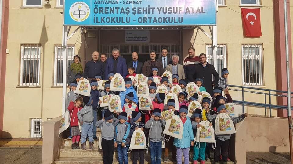 Samsat ilçesinde depremzede öğrencilere kırtasiye yardımı