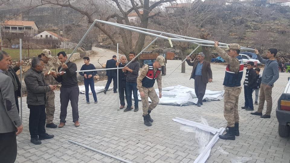 Jandarma Depremzedelere Çadır Dağıttı