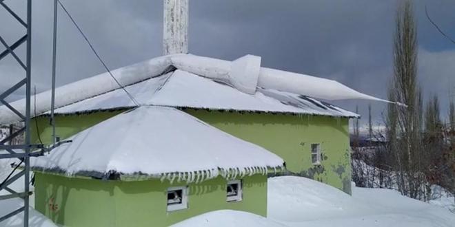 Sincik'te fırtına minareyi devirdi