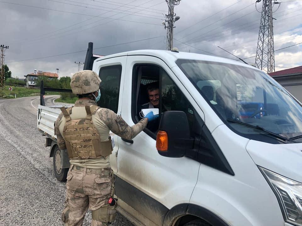 Jandarma vatandaşlara maske dağıtıldı